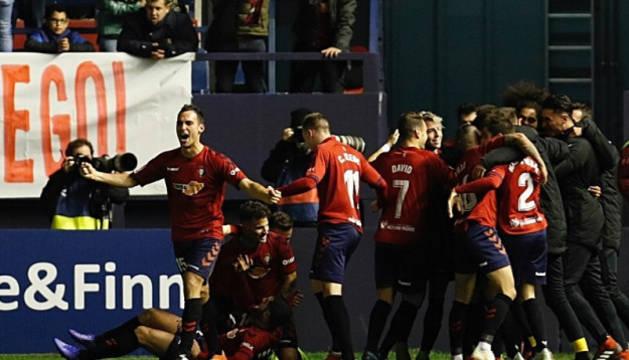 Celebración del gol de Roberto Torres que ha puesto el 2-1 en el luminoso