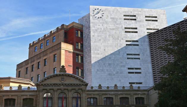 El Palacio de Navarra, en la fachada que da a San Ignacio, y, tras él, el edificio de Hacienda.