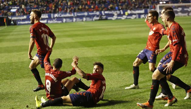 Roberto Torres celebra el 2-1 ante el Málaga con Fran Mérida y Rubén García por los suelos mientras Nacho Vidal, Unai García y Juan Villar se unen a festejarlo.