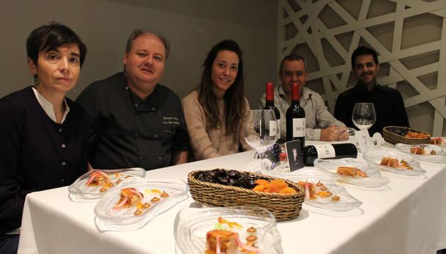 El chef Jorge Ruiz junto a la edil de Turismo, Marta Astiz, y representantes de los comerciantes.
