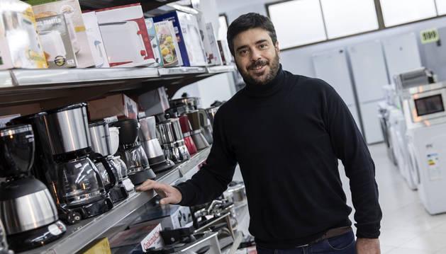 Sergio Saldaña Romero en el interior de su tienda de electrodomésticos en la avenida Marcelo Celayeta.