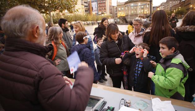 Un niño se sorprende por los efectos que se consigue con las gafas que le ha preparado Chemi García.