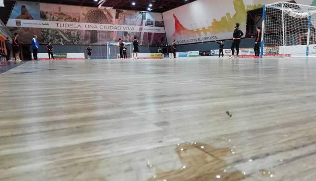 EN EL PARQUÉ. Este lunes aparecieron también dos goteras en la pista principal. Una en un córner, que se ve en la imagen en primer plano, y otra más sobre una de las áreas, aunque el agua caía sobre la canasta de baloncesto y no llegaba al suelo.