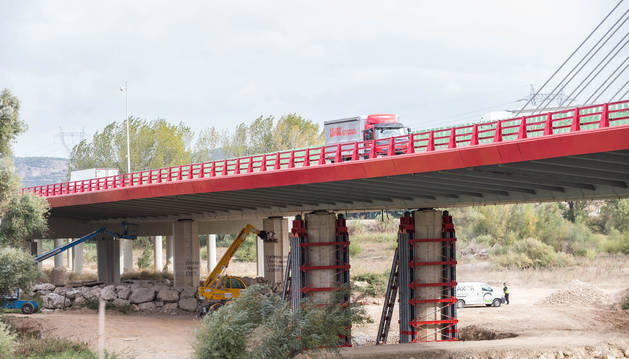 Obras de refuerzo en los pilares del puente sobre el río Ebro en la AP-15 a la altura de Castejón.