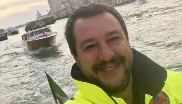 La polémica foto de Salvini sonriendo en la zona afectada por el temporal.