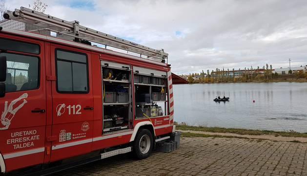 Un camión de bomberos, durante la práctica de una maniobra