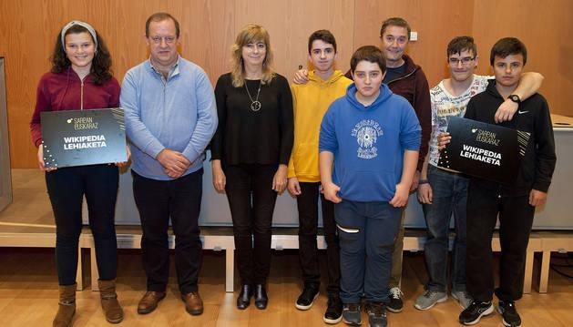 La consejera Ana Ollo y el director gerente de Euskarabidea Mikel Arregi junto al alumnado premiado.