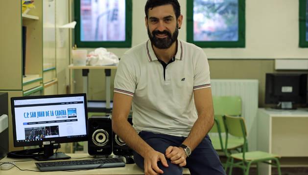 El profesor de inglés y alemán Andrés Rico, este miércoles en el CP San Juan de la Cadena, en Pamplona.