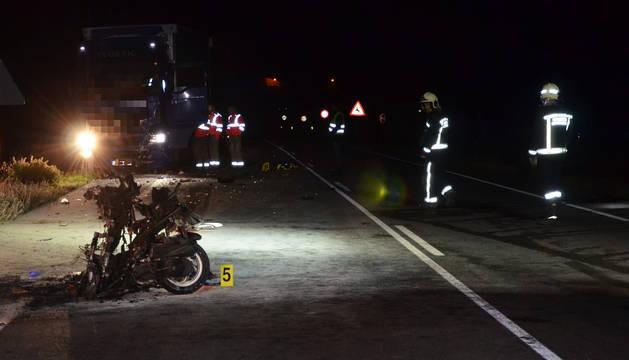 Fallece un motorista tras chocar con un camión en la N-121 en Mendivil