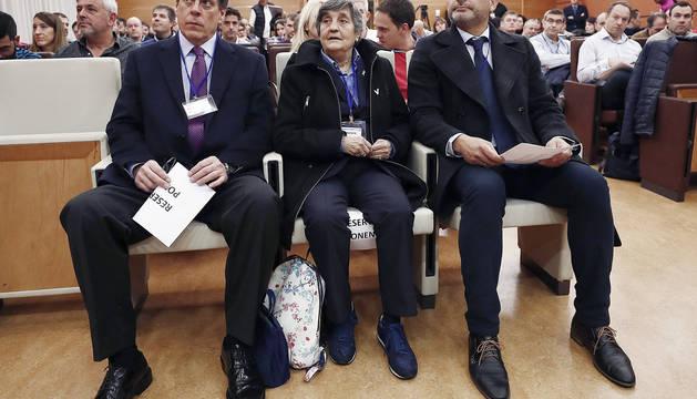 Juan Carlos Quer, padre de Diana Quer (i), Juan José Cortés , padre de Mari Luz Cortés, (d) y la presidenta de la asociación Clara Campoamor, Blanca Estrella Ruíz (c), durante su asistencia a la jornada sobre delitos sexuales que ha organizado la Agrupación Profesional de Policía Foral de Navarra, en Pamplona.