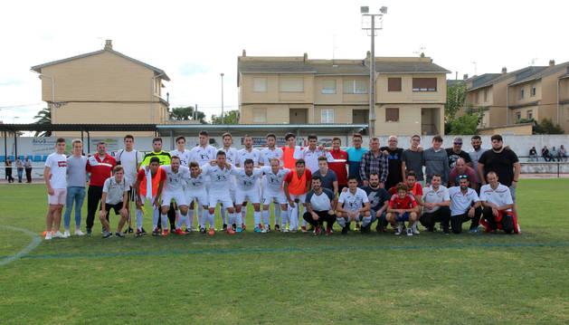 La actual plantilla del CD Buñuel de Preferente posa antes de uno de sus encuentros en el Guripa, junto con vecinos que juegan en categorías inferiores o que han formado parte del club.