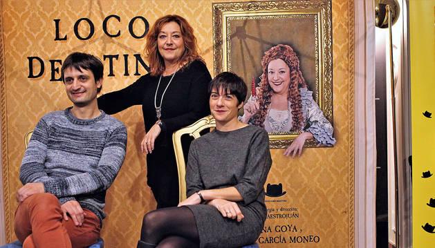 Posando este viernes en el Teatro Gayarre Ana Goya (de pie), Ángel García Moneo y Ana Maestrojuán.