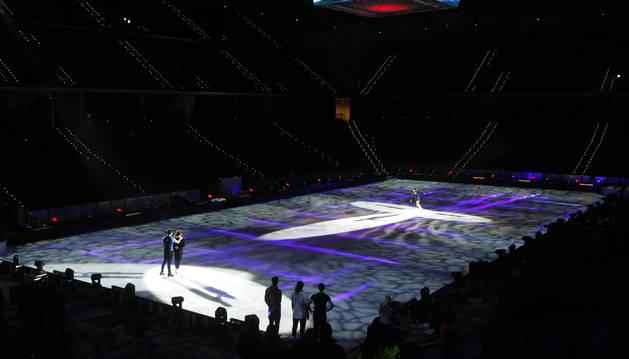 El Navarra Arena, transformado en una pista de hielo para el espectáculo 'Revolution on Ice', cuya gira mundial comienza este sábado.