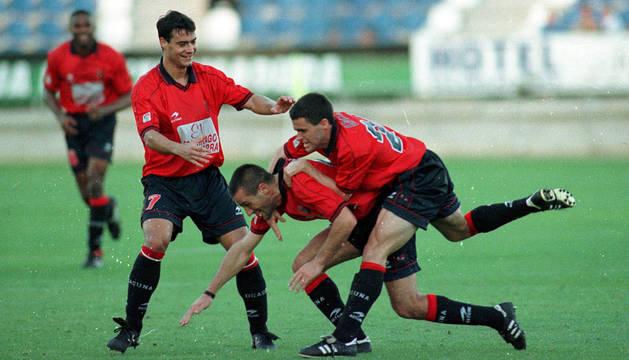foto de Mateo celebra su gol junto a Pablo Orbaiz y César Cruchaga.