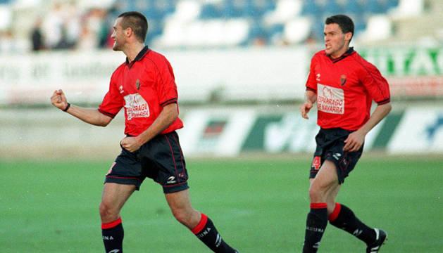 foto Mateo celebra su gol junto a Pablo Orbaiz.