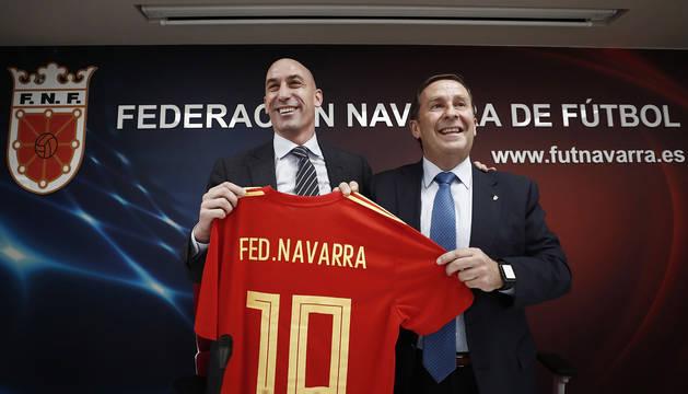 El presidente de la Real Federación Española de Fútbol, Luis Rubiales, regala una camiseta de la Selección Española al presidente de la Federación Navarra, Rafa del Amo, en la sede que la Federación Navarra de Fútbol.