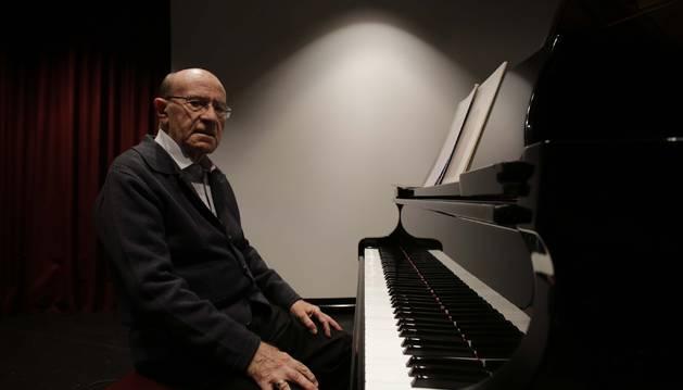 Foto de Santiago Garay Iriarte, sentado al piano de media cola, en la casa de Misericordia de Pamplona.