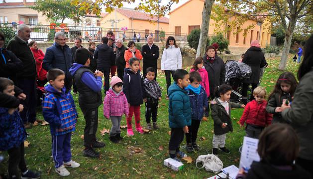 Niños y mayores participaron en un paseo guiado familiar por el río Arga, a su paso por Berbinzana.
