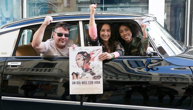 Foto de Raúl de la Fuente y Amaia Remírez posan con el cartel de Un día más con vida en Madrid.