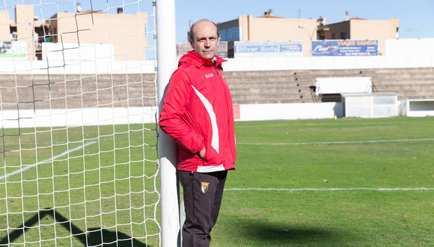 Foto del nuevo entrenador del Tudelano, José Mari Lumbreras, posa en una de las porterías del estadio Ciudad de Tudela.