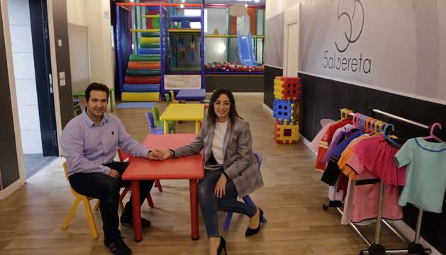 Carlos Bea y Lorena Zoco sentados en una mesa infantil en el interior del local Salsereta, en Ezkaba.