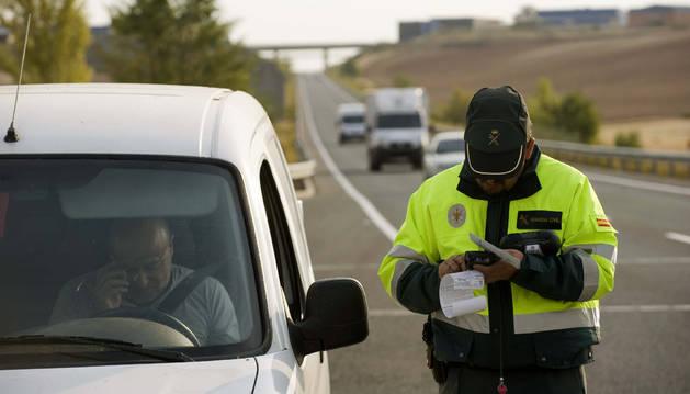 Un efectivo de la Guardia Civil de Tráfico, con un conductor.