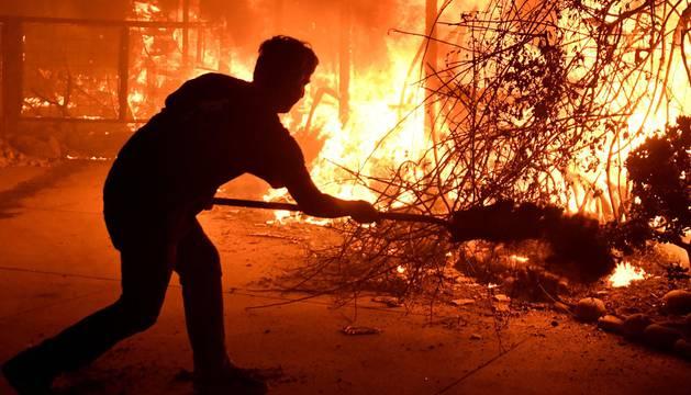 Al menos nueve personas han muerto, 35 se encuentran desaparecidas y miles han tenido que ser evacuadas de sus hogares por los tres enormes incendios de California que han llevado a la declaración de emergencia en Malibú, Ventura y Los Ángeles.