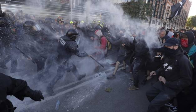 Foto de los Mossos se enfrentan a los CDR concentrados en protesta por la macha de Jusapol.