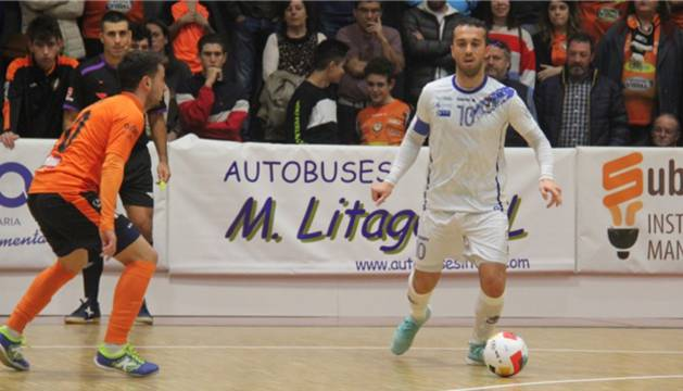 Adri, de O Parrulo Ferrol, conduce el balón ante Sepe, de Aspil-Vidal Ribera Navarra.