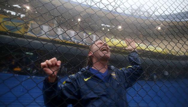 Un aficionado de Boca, bajo la lluvia en La Bombonera.