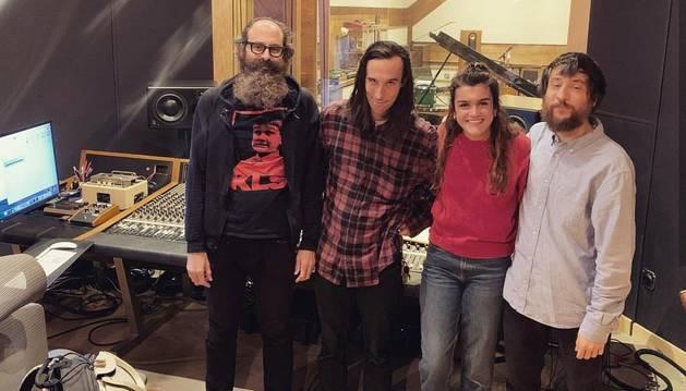 Amaia Romero, con el equipo de grabación de su primer disco en The Bridge Studio, en Nueva York.