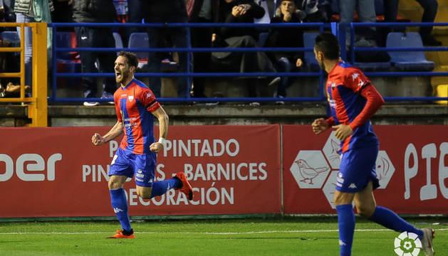 Fausto Tienza celebra el primer gol del partido.