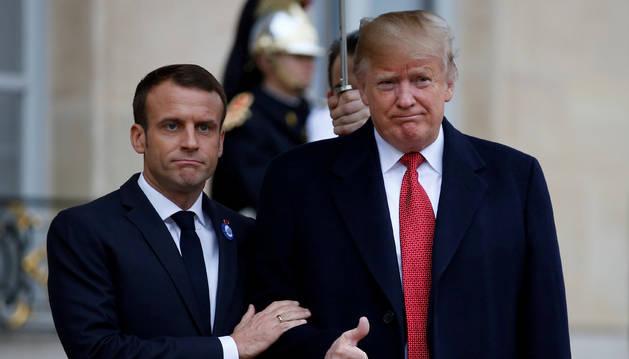 Foto del presidente de Francia, Emmanuel Macron da la bienvenida Donald Trump, presidente de EE UU.