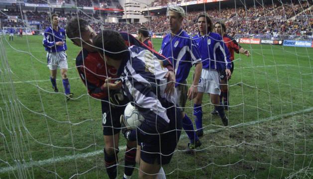 Sabino reclama el balón a Esteban tras el gol de penalti de Álex Fernández que significó el 2-1. Osasuna acabó ganando el partido en Oviedo por 2-3.
