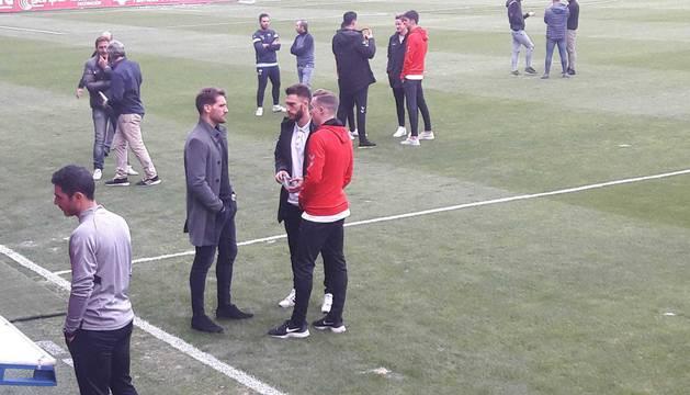 Clerc y Torres hablan con su excompañero Fausto Tienza antes del inicio del partido.