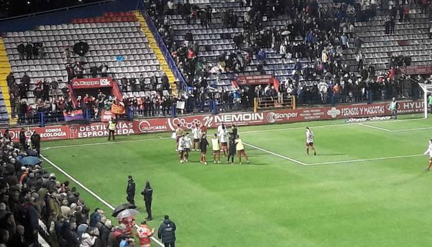 Los jugadores de Osasuna celebran con su afición la victoria en Almendralejo.