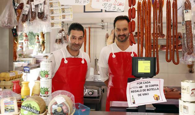 Los hermanos Fermín (izquierda) y Miguel Gil Yubero, en la carnicería Hermanos Gil.
