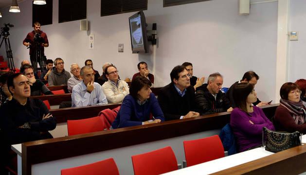 Los socios escuchan con atención las explicaciones de Fernando Benito en El Sadar.