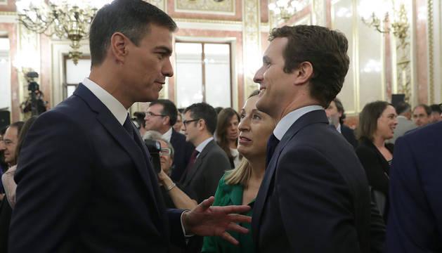 Pedro Sánchez y Pablo Casado, junto a Ana Pastor, en la presentación de los actos conmemorativos del cuarenta aniversario de la Constitución española.