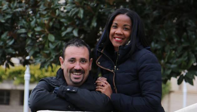 Raúl Monasterio Roldán y Julia Yinet León Rosell posan en los jardines del consistorio adrianés.