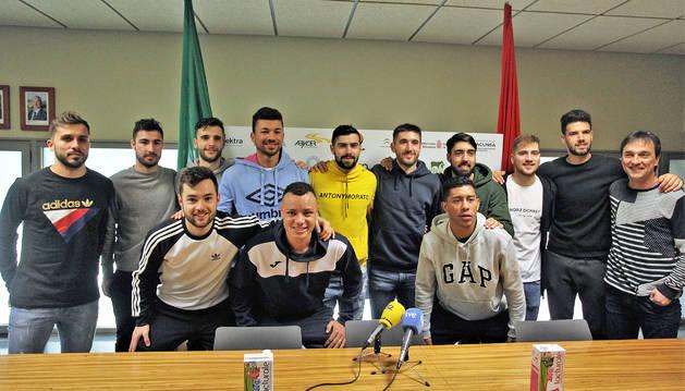 El pívot albaceteño Chino (arriba, quinto por la izquierda) estuvo acompañado por todos sus compañeros y el técnico Imanol Arregui.