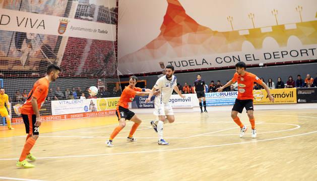 El ala del Aspil-Vidal Ribera Navarra David Pazos -izquierda- mira fijamente el balón antes de controlarlo en el último partido disputado en la 'Caldera', frente al O'Parrulo.