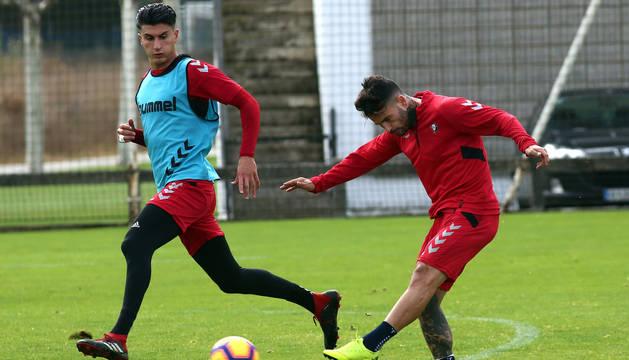 Rubén García golpea el balón ante Luis Perea, este pasado martes en el entrenamiento celebrado en Tajonar.