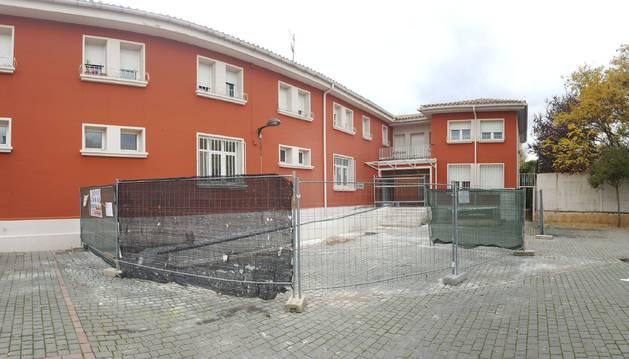 Vista de las obras de mejora del acceso principal de la residencia de mayores de Sangüesa.