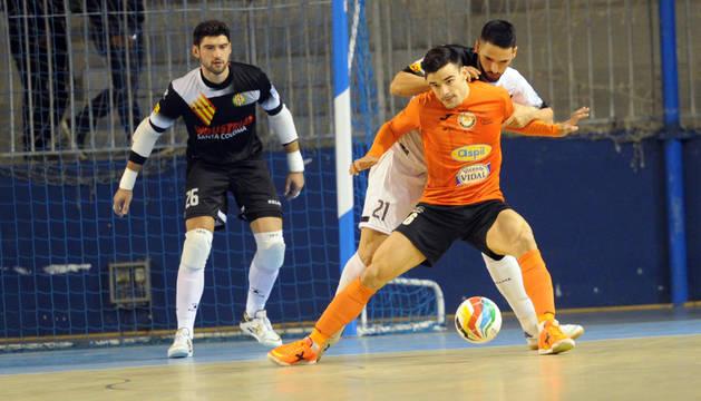 El cierre del Aspil-Vidal Ferran Plana protege un balón antes de disparar a la portería de Miquel Feixas.