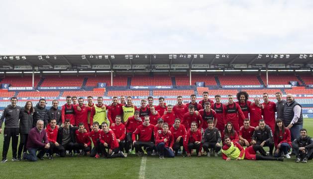 El primer equipo y el Genuine, juntos tras el entrenamiento en El Sadar.