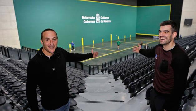 Juan Martínez de Irujo, hombre de confianza de Ezkurdia, y Joseba Ezkurdia, nos invitan a pasar al Navarra Arena.