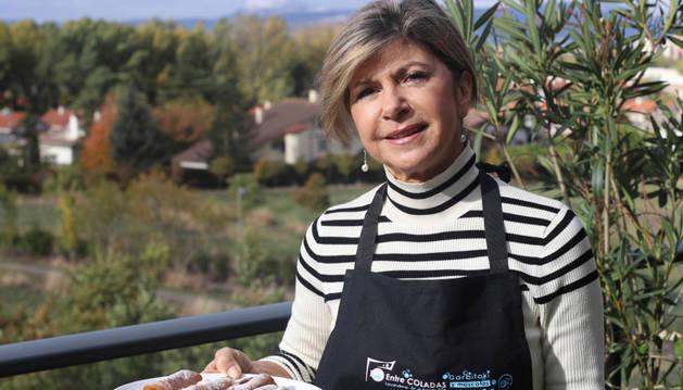 """""""Una receta barata fruto de los tiempos duros que les tocó vivir"""". Fabiola Garrido en su casa de Entremutilvas con los canutillos recién hechos."""