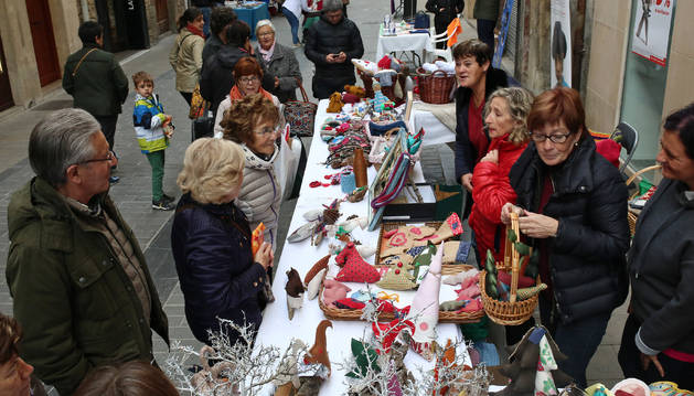 Decenas de personas aprovecharon la mañana de ayer para comprar diferentes productos solidarios.