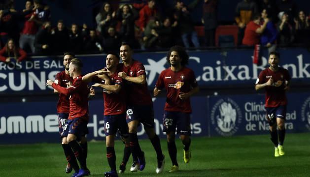 Los jugadores celebran el segundo gol de Osasuna, obra de Oier.